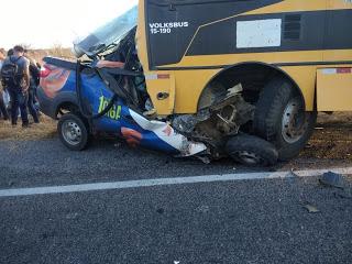 Picape colide com ônibus escolar e deixa 3 mortos