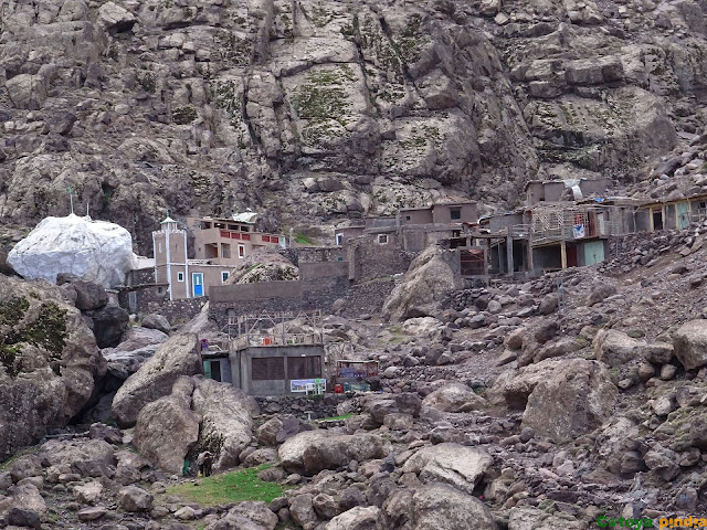 Vista de la piedra blanca junto al santuario de Sidi Chamharouch