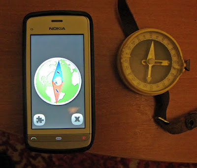Смартфон Nokia C5-03. На экране - приложение «Компас».