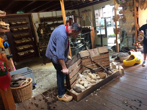 Visitar una fábrica de zuecos en Holanda. caravaneros.com