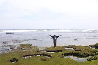 Pose ditengah keindahan Pantai Bantol