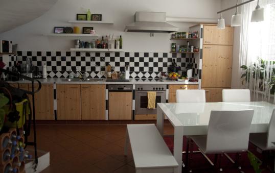 Frau Jot Zeigt Uns In Ihrem Eventbeitrag Gleich Zwei Küchen. Ihre  Wunderschöne Offene Küche Mit Viel Platz, Licht, Stauraum Und Einer Tollen  Sitzecke Und ...