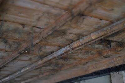 生坂村の古民家カフェ・ひとつ石の掃除前 天井にもびっしりと埃が
