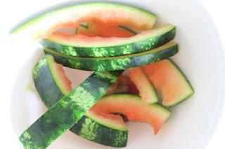 Schalen einer Wassermelone