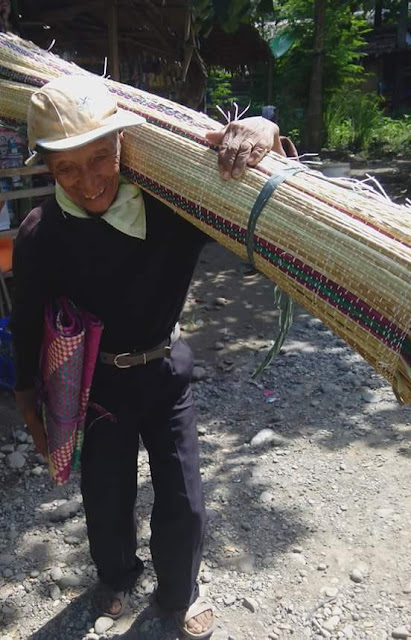 83-Year-Old Man in Davao Walks 50 KM A Day Just To Sell Native Mats. This Story Is Truly Inspiring!