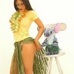 Andrea Rincon, Selena Spice Galeria 13: Hawaiana Camiseta Amarilla Foto 9