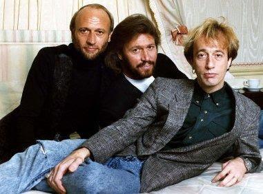 Foto de Robin Gibb con sus amigos del grupo