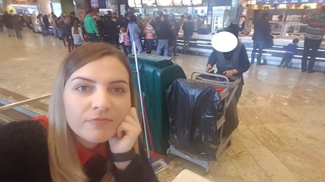 Madalina si poza ei cu un angajat din Mall Baneasa (credit cetin.ro)