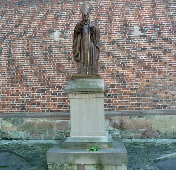 Дрогобыч. Костёл святого Варфоломея. Памятник Папе Римскому Иоанну Павлу II