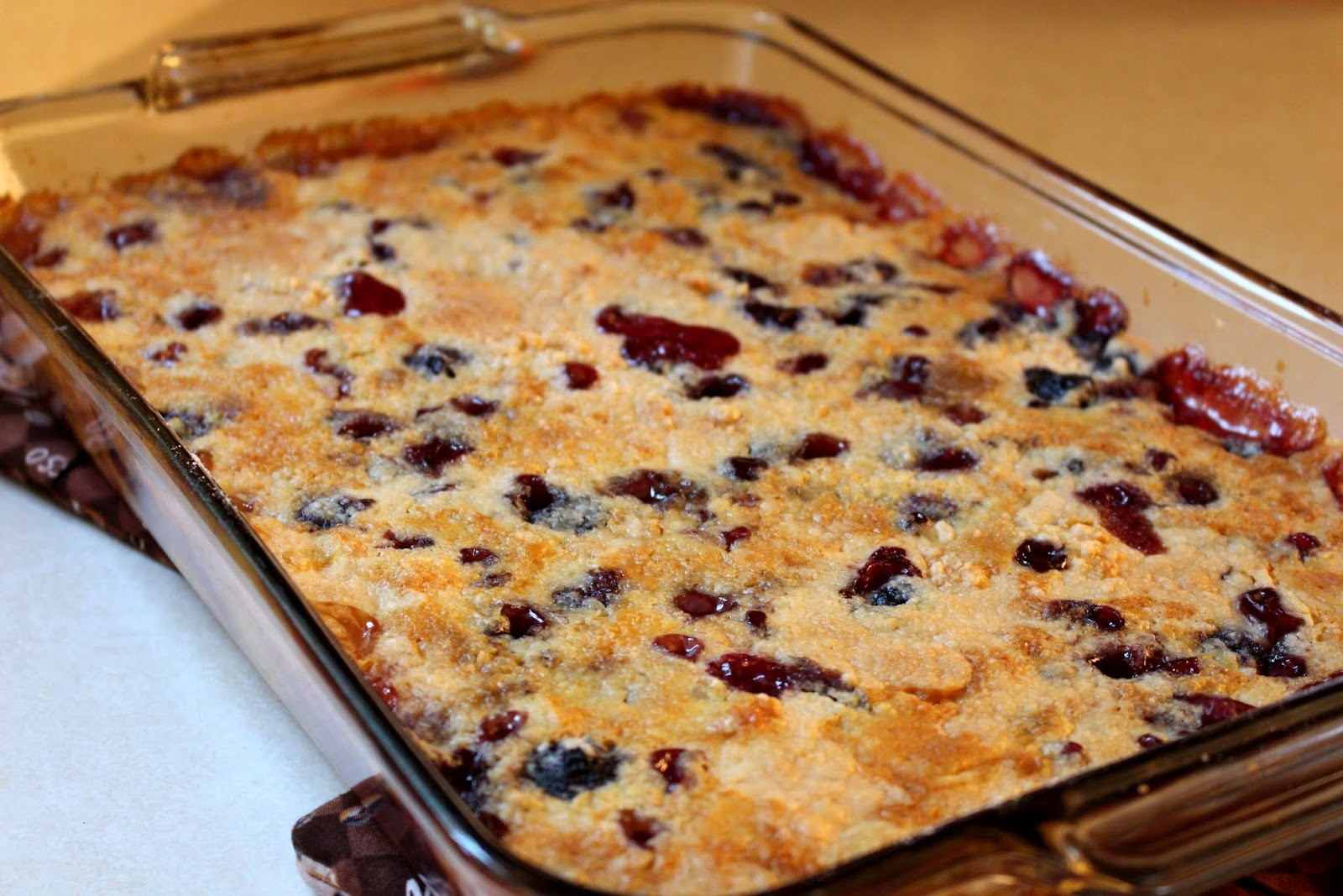 peach blueberry dump cake - how to make peach blueberry dump cake - mehaffey moments