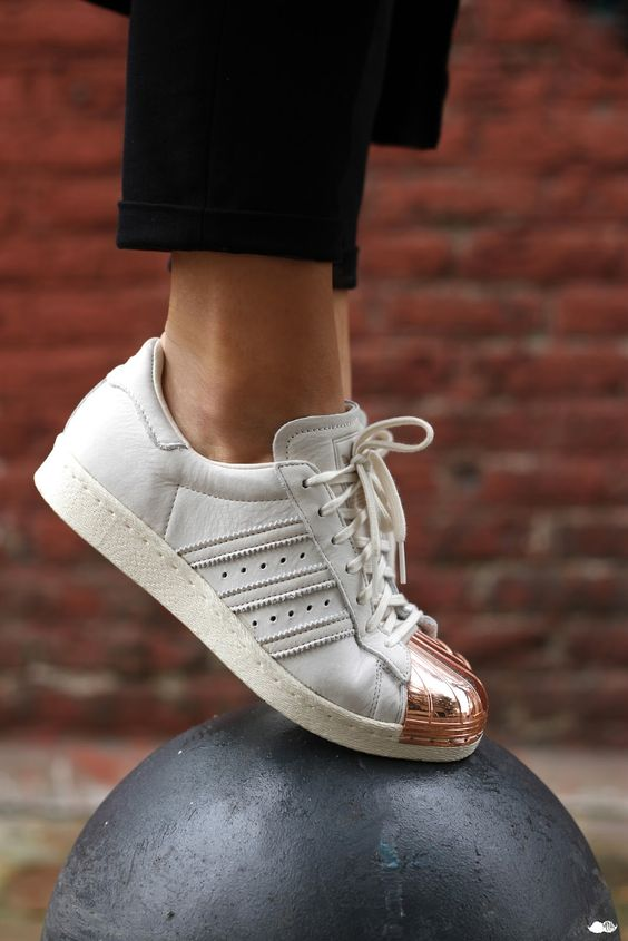Ténis brancos e dourados Adidas Superstar Copper Toe.