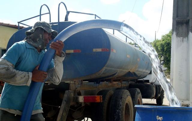 Governo atrasa pagamento e pipeiros ameaçam suspender abastecimento de água no interior do RN