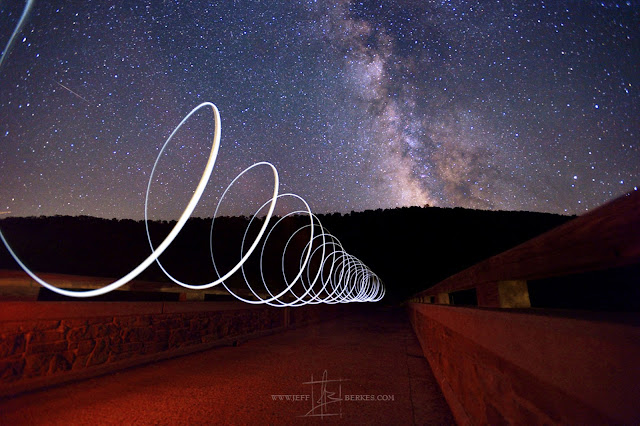 Những đường ánh sáng được vẽ ra trong khoảng không cùng dải Ngân Hà và một vệt sao băng mờ ở góc trái hình. Hình ảnh được thực hiện bởi nhiếp ảnh gia Jeff Berkes qua kỹ thuật nhiếp ảnh phơi sáng lâu.