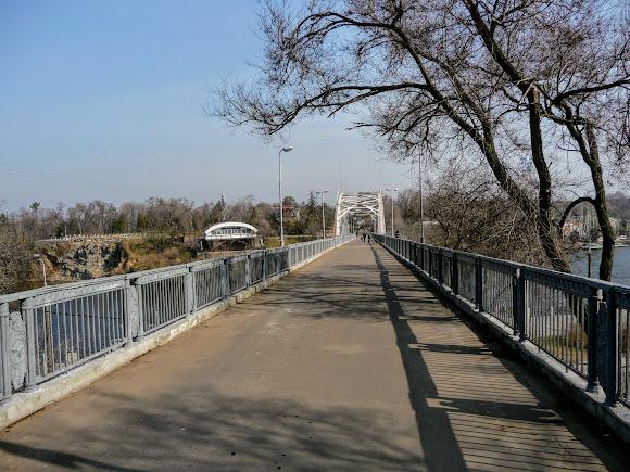 Днепр. Пешеходный мост через Днепр к Монастырскому острову