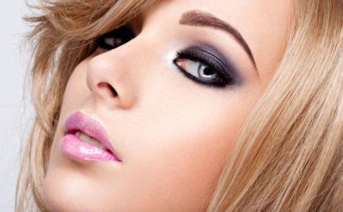 Chica rubia con ojos ahumados y labios rosas