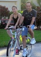 Beziehung lustig - Fahrrad für zwei Personen nebeneinander