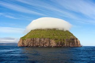 Litla Dimun Pulau Unik Yang Bertopi Awan [ www.BlogApaAja.com ]