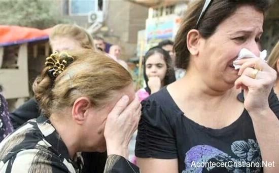 Mujer cristianas lloran por persecución del Estado Islámico en Irak