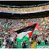 Pendukung Bola Celtic FC Melambaikan Bendera PALESTINA saat Melawan Klub ISRAEL