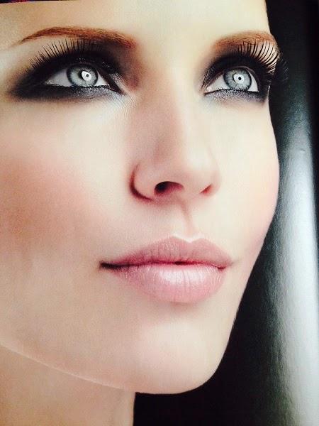 Maquillaje claro y ojos ahumados