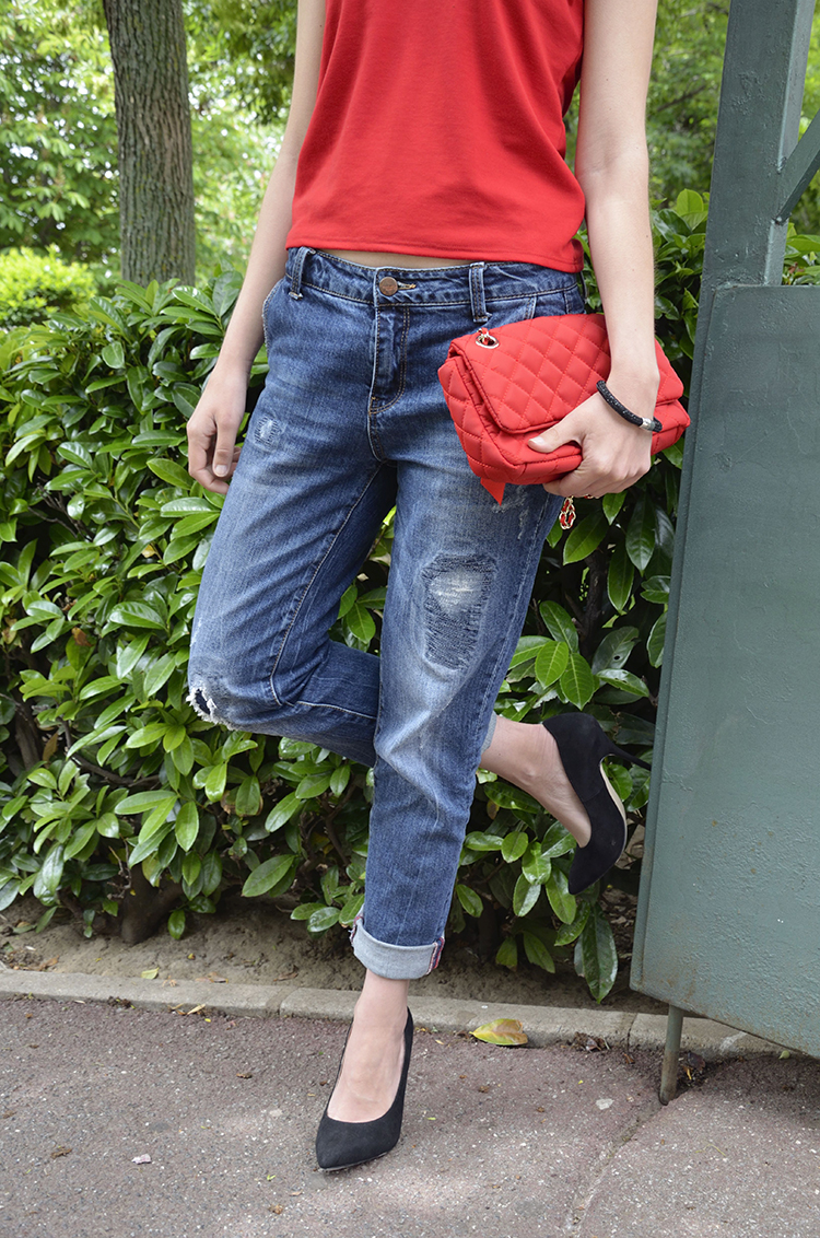red-tshirt-boyfriend-jeans-black-stilettos-outfit-ootd-look-trends-gallery