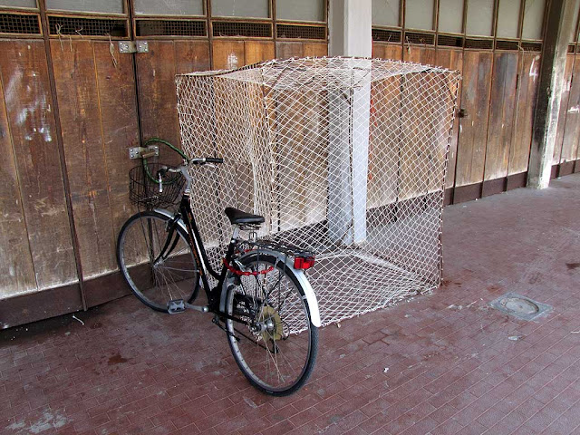 Bicycle outside the cage, Livorno