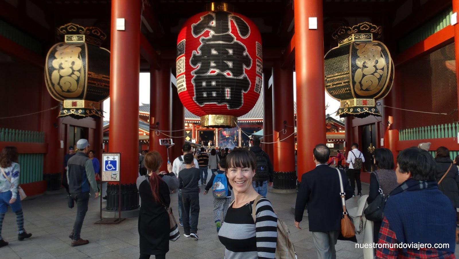 Tokio asakusa y ginza de noche nuestro mundo viajero for Puerta kaminarimon