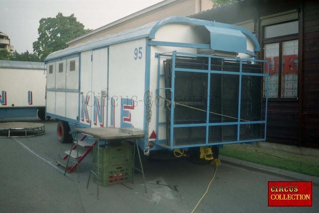 roulotte a moitié cage et moitié chambre froide pour le transport et le stockage de la nourriture des animaux