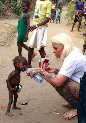 Anja Ringgren Loven yang sedang memberikan minuman kepada Hope yang berjalan telanjang dan tampak kurus