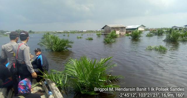 Polsek Sanga Desa Pantau Lokasi Banjir Di Desa Jud, Sekaligus Berikan Himbauan