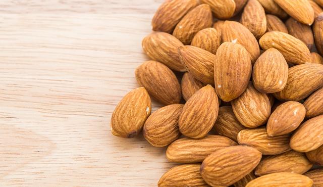 Menggunakan minyak almond