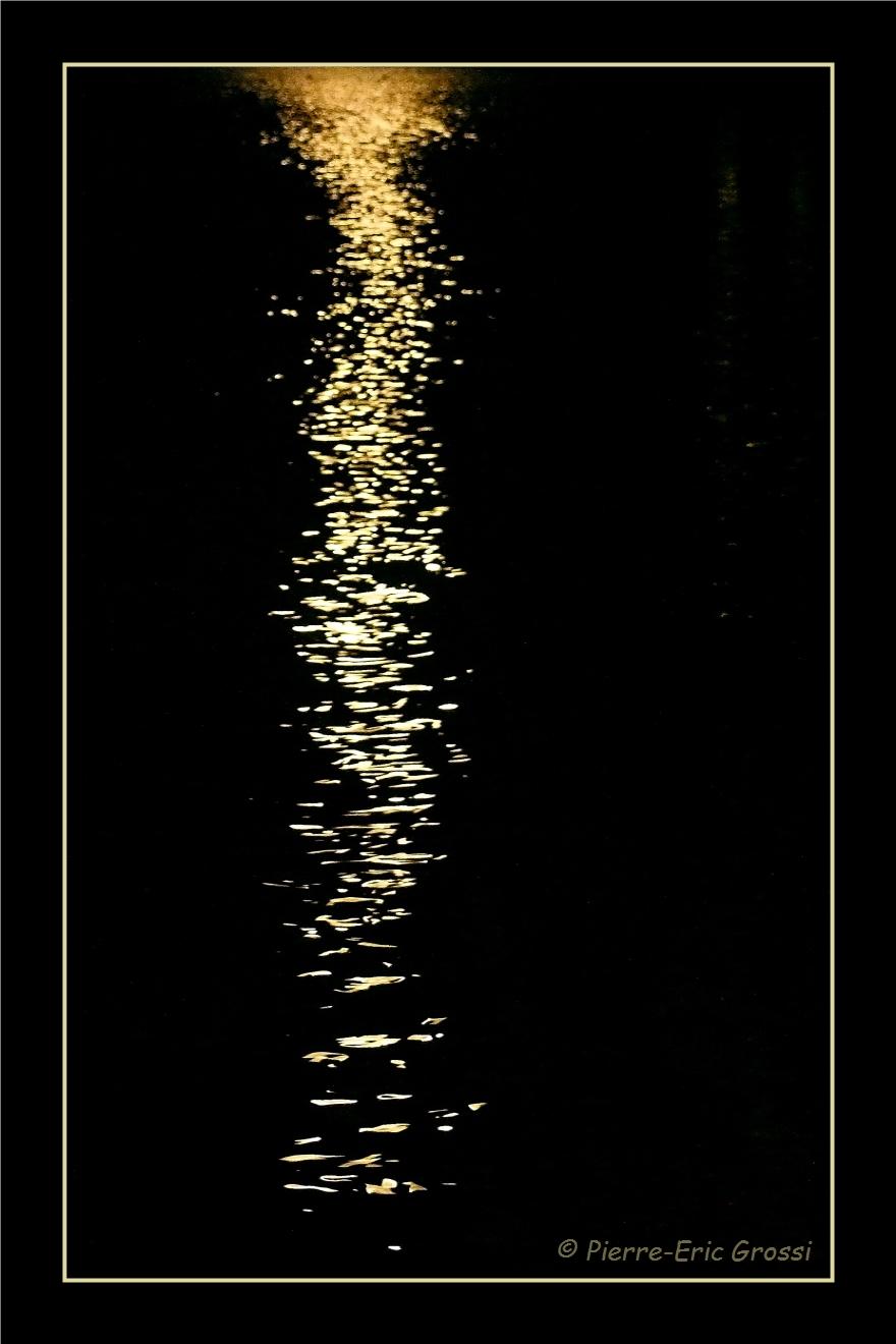 Reflet de lune sur l'eau