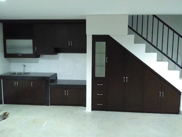 kombinasi kitchen set dan lemari bawah tangga