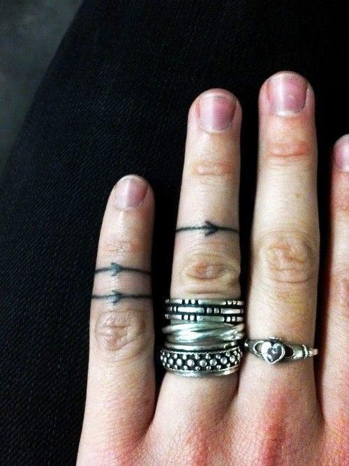 chica adolescente con los dedos tatuados