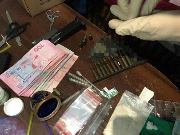 У Києві наркоторговці мали арсенал зброї