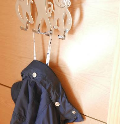 abrigo con cinta para colgar colegio