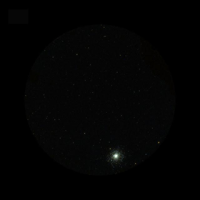 Hình ảnh cụm sao cầu Messier 2 được chụp bởi Galaxy Evolution Explorer, một kính viễn vọng không gian quan sát qua ánh sáng cực tím của NASA, vào ngày 20 tháng 8 năm 2003. Hình ảnh này là một phần trong dự án khảo sát bầu trời, chụp phơi sáng 129 giây vào khu vực chòm sao Aquarius. Hình ảnh: NASA/JPL/California Institute of Technology.
