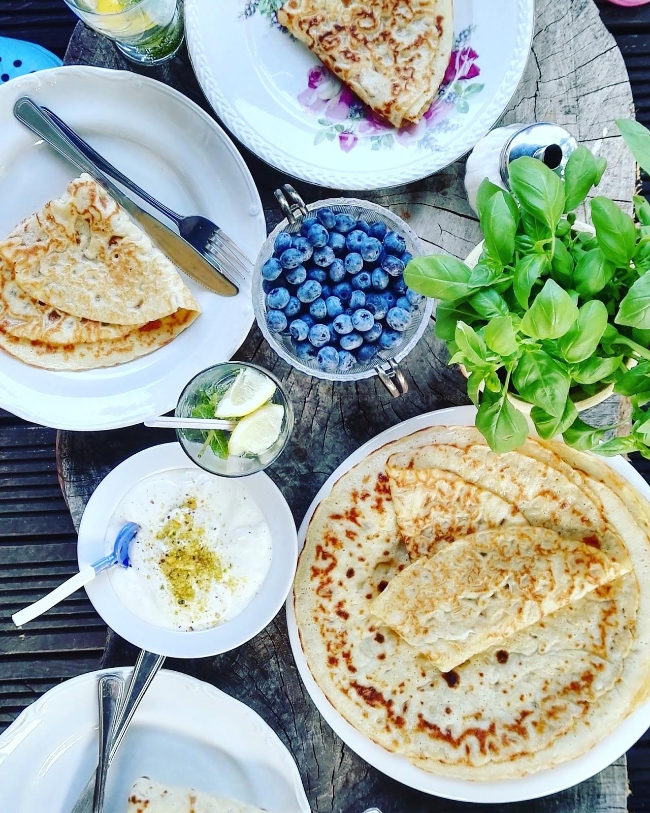 Letnie naleśniki z pistacjowym serkiem i borówkami