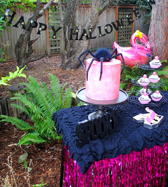 Add some flamingo's to your Halloween party. Styled by Fizzy Party