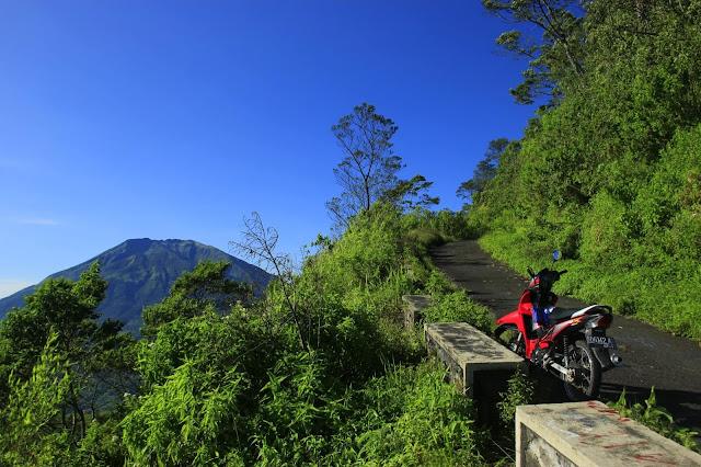 foto jalan menuju puncak gunung telomoyo