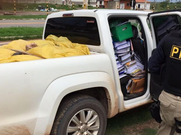 PRF apreende veículo com bens e documentos de prefeitura do MA