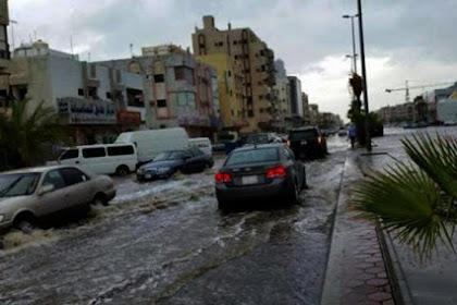 Wanita Bercadar Ini Asyik Berselancar di Tengah Banjir yang Melanda Jeddah, Arab Saudi