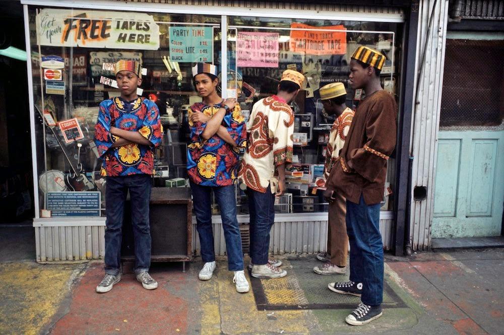 24 Wonderful Color Photographs That Capture Street Scenes