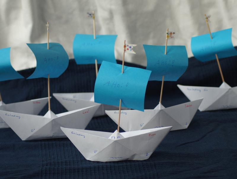 k stenkidsunterwegs diy papierschiff einladungen f r den kindergeburtstag basteln. Black Bedroom Furniture Sets. Home Design Ideas