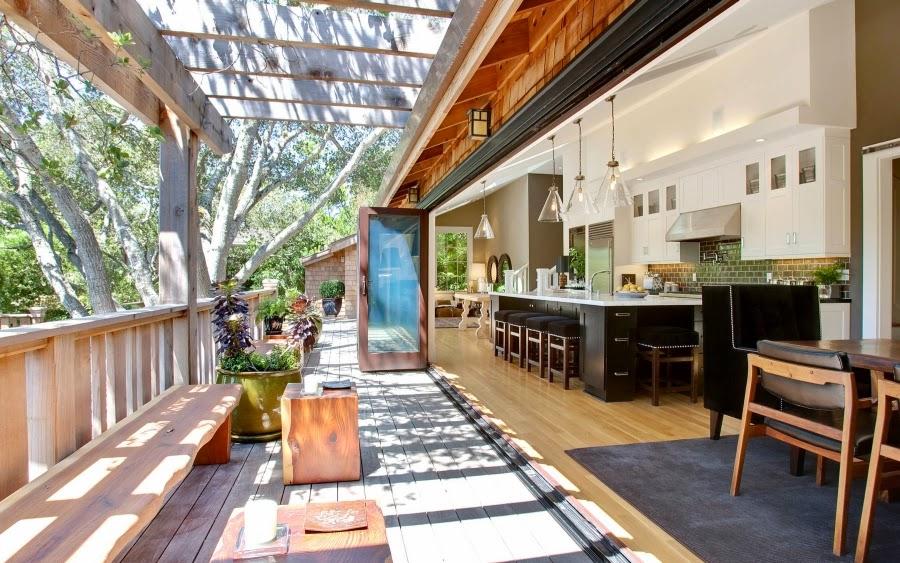 Dom w Kalifornii ze składaną, szklaną ścianą, wystrój wnętrz, wnętrza, urządzanie domu, dekoracje wnętrz, aranżacja wnętrz, inspiracje wnętrz,interior design , dom i wnętrze, aranżacja mieszkania, modne wnętrza, styl klasyczny, styl Hampton, taras, patio, weranda, kuchnia, kitchen