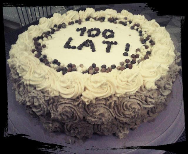 tort urodzinowy kawowy trojkolorowy ciasto kawowe z bita smietana mascarpone roze