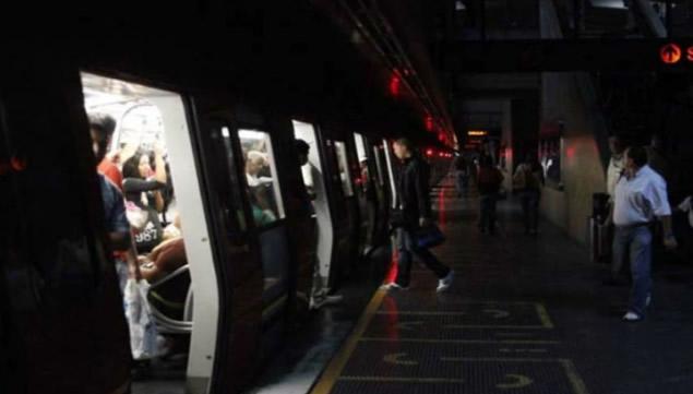 En Venezuela se registró el lunes un apagón, el segundo en el mes, que obligó a las autoridades capitalinas a suspender los servicios del metro.