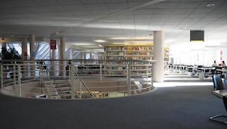 Le paradis, à n'en pas douter, n'est qu'une immense bibliothèque / Gaston Bachelard (la frase és en un cartell de la Bibliothèque Uni Mail de la Universitat de Ginebra per Teresa Grau Ros