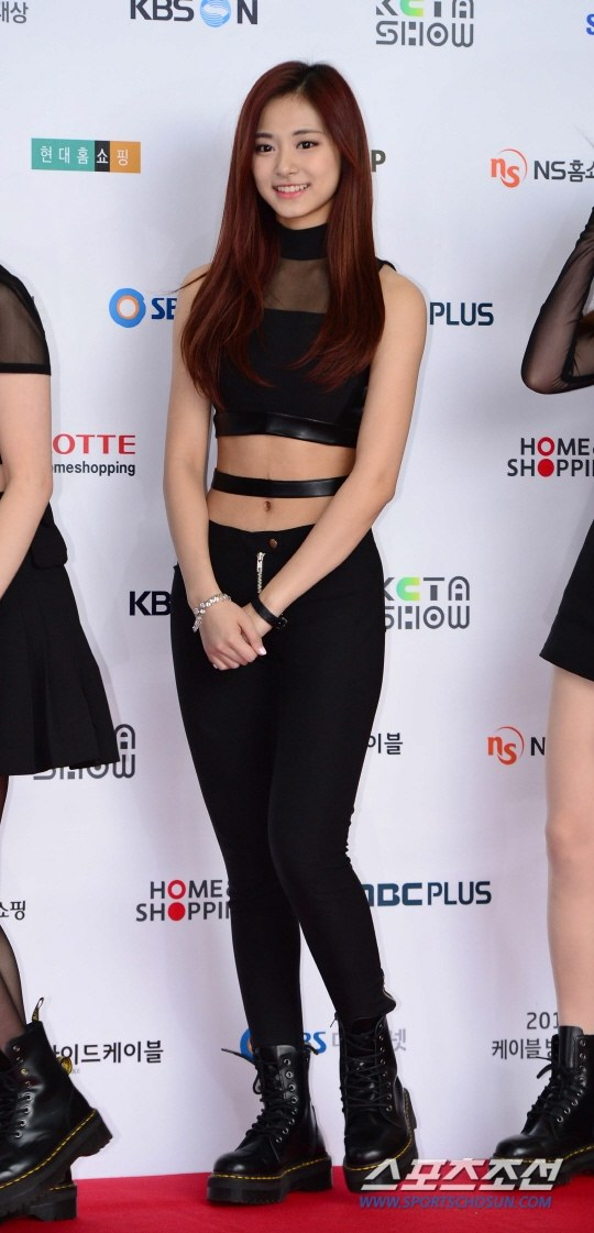tzuyu s coke bottle like body   k pop k fans