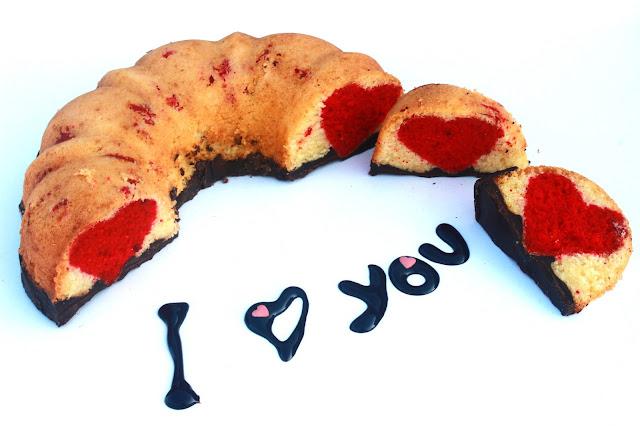 Slika dekorativnog vanila kolaća kuglofa sa  crvenim srcetom valentinovo